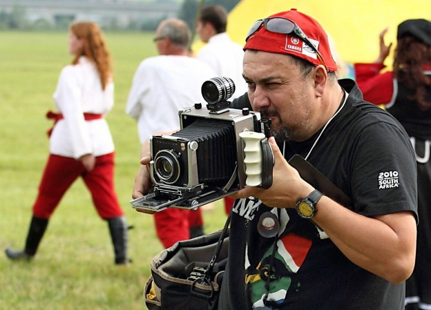 fotograf s retro-foťákom