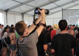 Držanie zrkadlovky počas koncertov