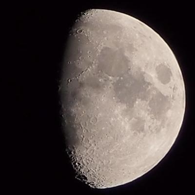 mesiac: teleobjektívom