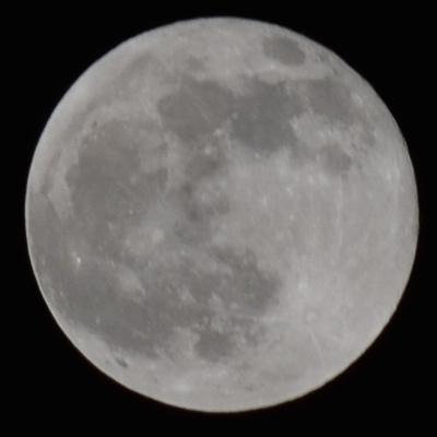mesiac fotený na Nikon D5100: 200mm, 1/400s, F10, ISO 100