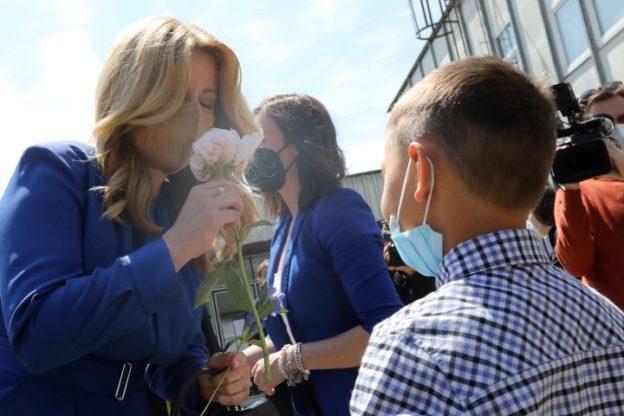 Nosenie rúšok na verejnosti: chlapec čo podal kvet zaočkovanej prezidentke, má rúško na brade, zdroj: facebook